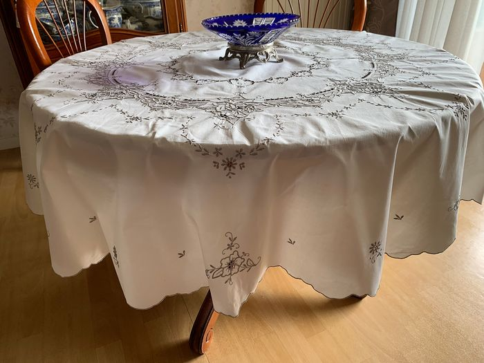 Round tablecloth. Richly embroidered. - Cotton - Vintage of the years 1970/1980