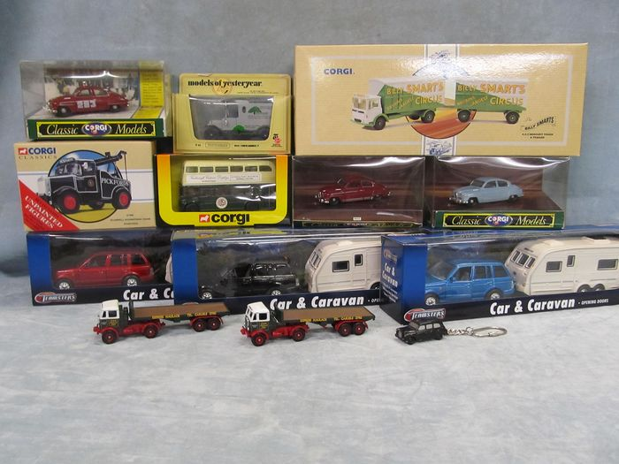 Corgi - Lot with 16 models: Assorted scales, 1/43rd, 1/50th + other scales - Billy Smarts Circus, Saab 96 x 3, Routemaster bus, Taxi, Range Rover and Caravan ( x 3)