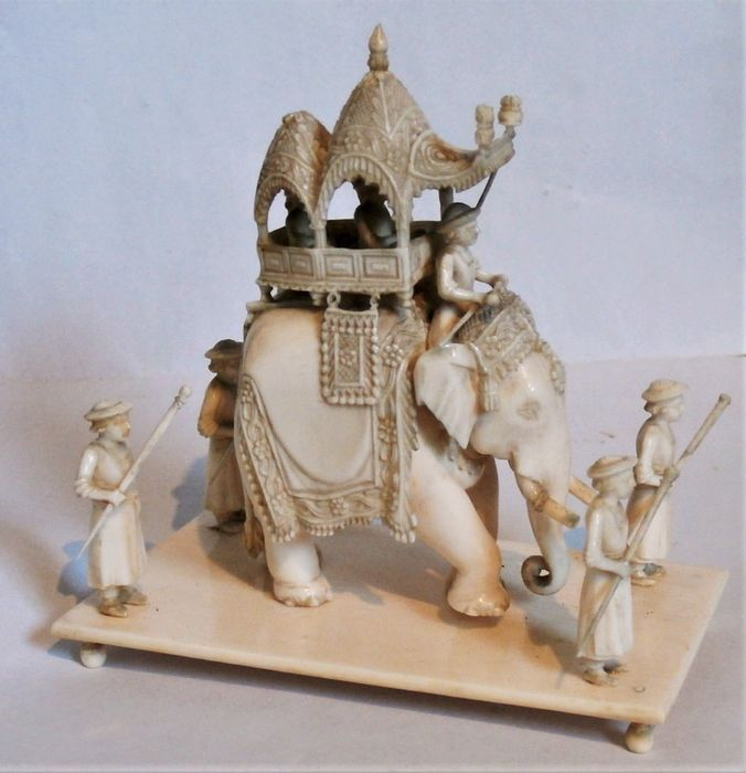 Sculpture - elephant ivory - a fine carving of a howdah and 4 guardians - India - 19th century