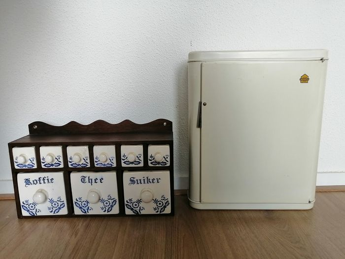Brabantia medicine cabinet and Delft blue spice rack - Earthenware, Iron (cast/wrought), Wood