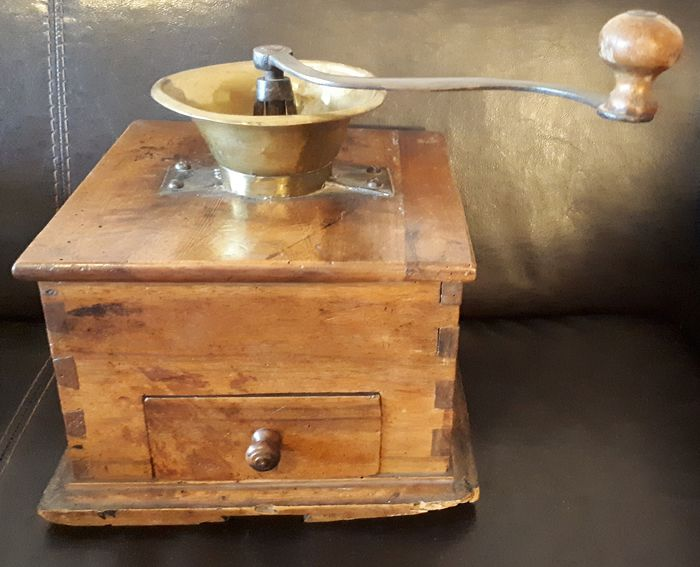 "Very old ""giant"" coffee grinder 1920 - Brass, Iron (cast/wrought), Wood- Oak"