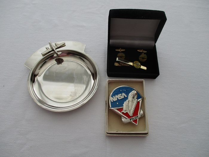Air and Space Memorabilia - NASA astronaut - SAS pilot license emblems and scale - complete - metal