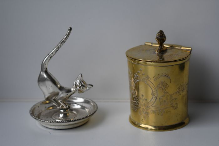gestempeld onderaan - old tea canister with floral decoration - table decoration kitten (2) - silvered