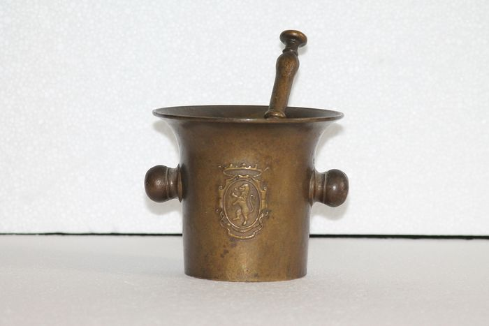 Bronze pharmacy mortar with coat of arms and lion with crown on the front and back. - Brons