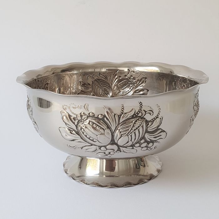 Nils Johan (Zweden) - Silvered bowl / bowl / coupe with embossed flowers - Silver plated