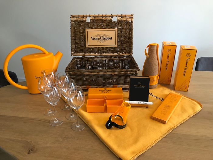 Mixed lot -  Veuve Clicquot Picnic Accessory set  - Champagne - Bottles (0.75L)
