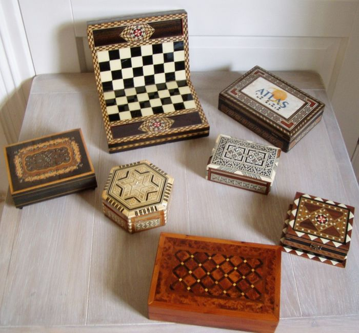 Beautiful chess box - music box and storage boxes (7) - Wood inlaid with mother-of-pearl and bone.