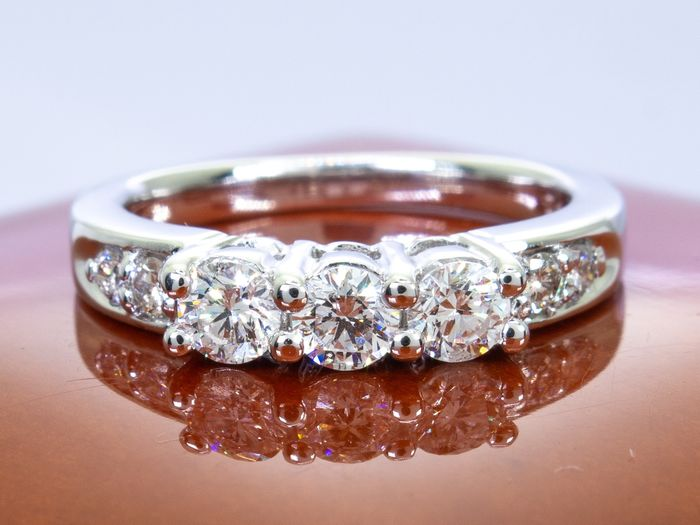 14 kt. Gold - Diamond ring trilogy of brilliants  - 0.57 carats with 0.15 Ct. centers.