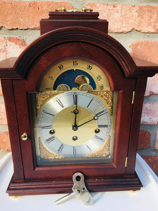 Magnificent Luxury Walnut Clock with moon phase and mechanical winding - Brass, Wood, Walnut - Second half 20th century