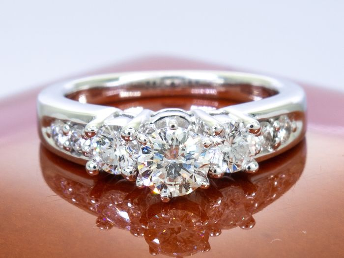 14 kt. Gold - Diamond ring trilogy of brilliants  - 0.88 carats with 0.44 Ct. center.