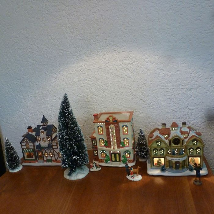 The larger Dickensville Christmas houses + Christmas trees and figures. - Earthenware