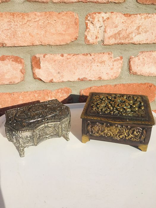 2 Beautiful and old finely carved jewelry boxes - France - 1920 (1) - Bronze, Velvet, silver plated