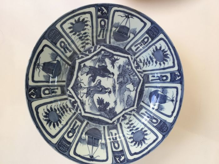 A beautiful Chinese porcelain large 31 cm. Wanli dish with decor of figures in perfect (1) - Porcelain - China - 18th century