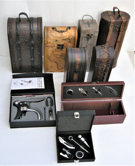 Mixed lot -  7 wooden wine cases and 3 wine accessories sets - Europa - 9 items