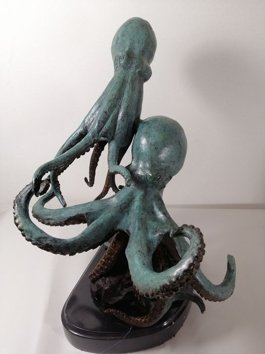 Two giant bronze Octopus on a Marble Base  - Bronze - China - Late 20th century