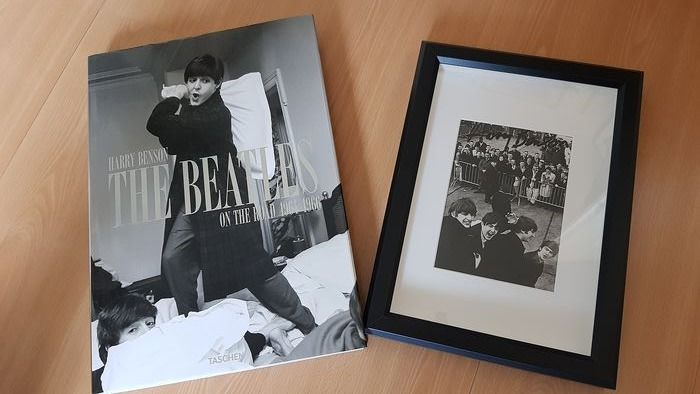 Beatles, Book On the road 64-66 Harry Benson  - with framed photo signed by Harry Benson - 2013/2013