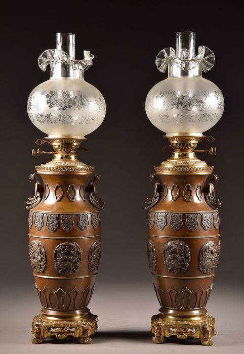 Pair of Chinoiserie rare large (80 cm) vase-shaped oil lamps on a gold-plated base - Bronze (patinated) - 19th century