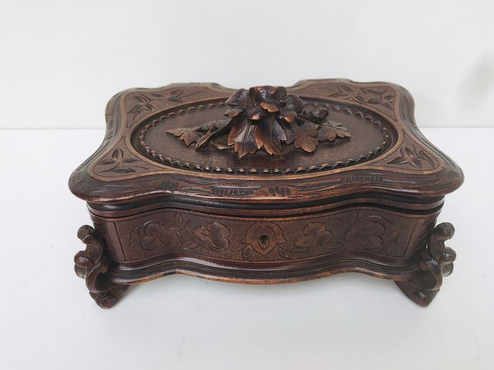 Jewellery box, Decorated with flowers including oak leaves and acanthus