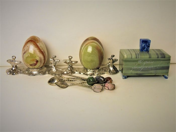 A lot of 3 gem items including egg stand with 2 gem eggs, crate and spoons (3) - Gemstone silver and metal