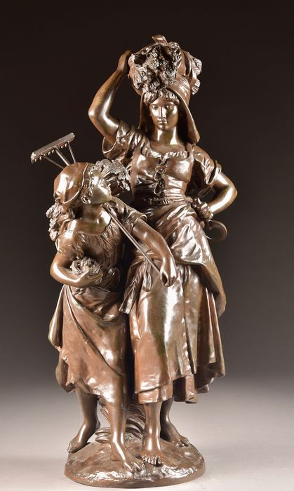 "Mathurin Moreau (French, 1822-1912) - E. Colin Paris - Sculpture, ""Return from the Harvest"" - impressive sculpture group of a peasant woman and her daughter - 65 cm - Bronze (patinated) - Second half 19th century"