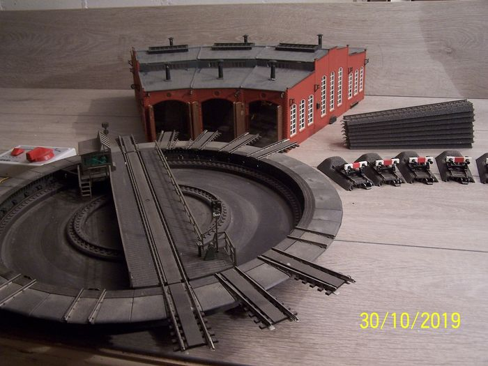 Märklin H0 - 7286 - Attachments - Electrically operated turntable, with locomotive shed, transition rail C-Rail and fenders