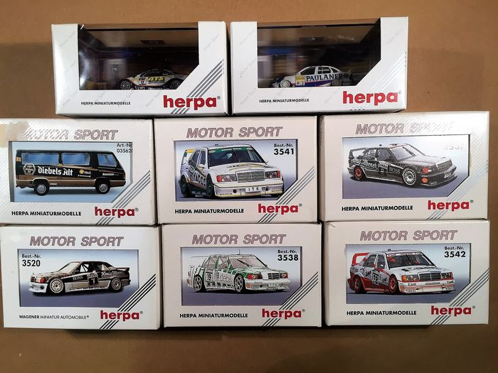 Herpa H0 - Zie foto's - Scenery - 8 Herpa motorsport miniaturen in display showcase met info over auto's en berijders