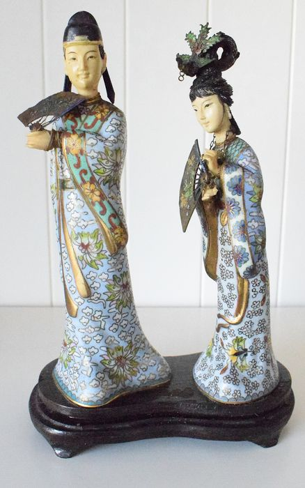 Beeldje(s), Two courtesans on a shared wooden base - Cloisonné and celluloid