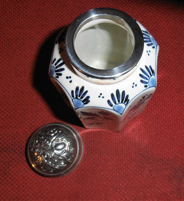 Z.V. 55 Delft. Blaauw. - Tea caddy - glazed earthenware and silver plated