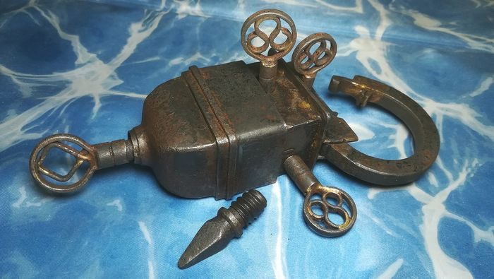 Rare antique iron padlock with secret 4 keys perfectly working (1) - Iron (cast/wrought)
