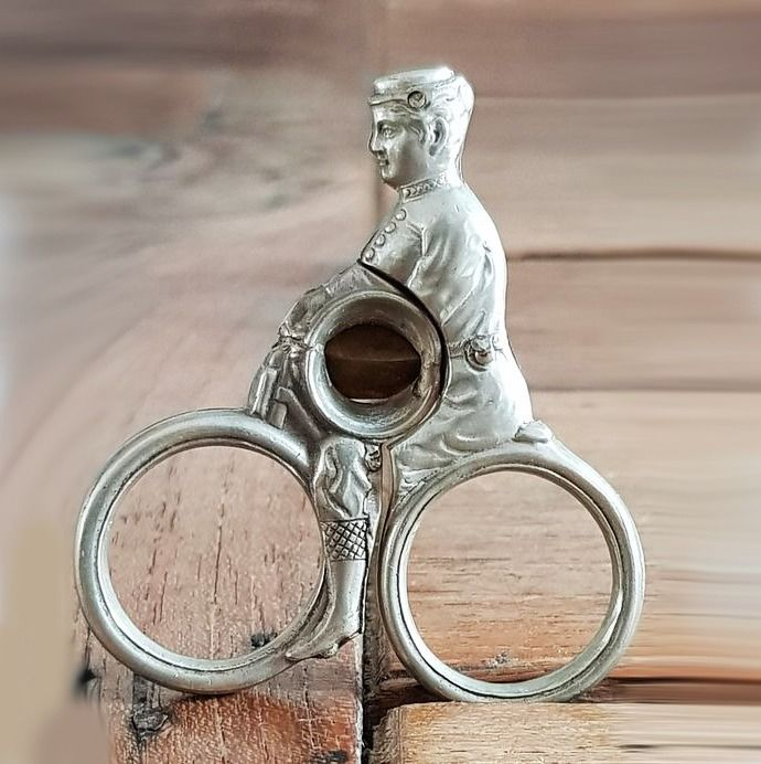 ongemerkt - Antique cigar cutter in the shape of a bicycle - 1