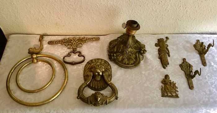 Door knocker, ornaments and hooks (8) - Patinated bronze - 1880-1919