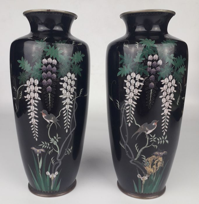 Pair of cloisonné vases with birds - Cloisonne enamel - Decorated with birds and fuji (wisteria) - Japan - ca 1900 (Meiji period)
