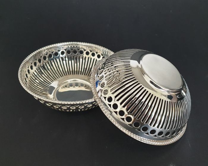 Keltum  - Two bonbon dishes with openwork decor and pearl rim - Silverplate