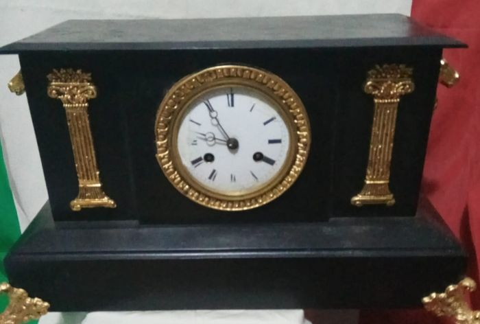 Mantel clock - black lacquer, pieces of gold leaf with French gold leaf - Late 19th century