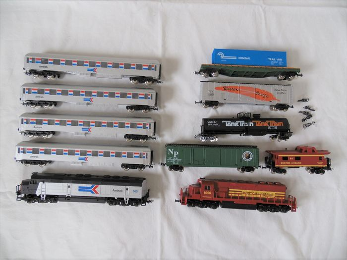 Mehano H0 - Train unit - 2 different, each with a diesel & 7 different cars - Amtrak, Boston and Main