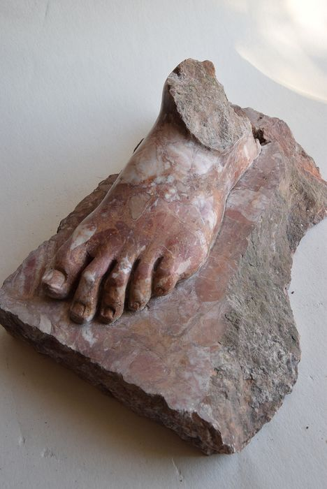 Sculpture, Carved foot - Neoclassical Style - Marble - 20th century