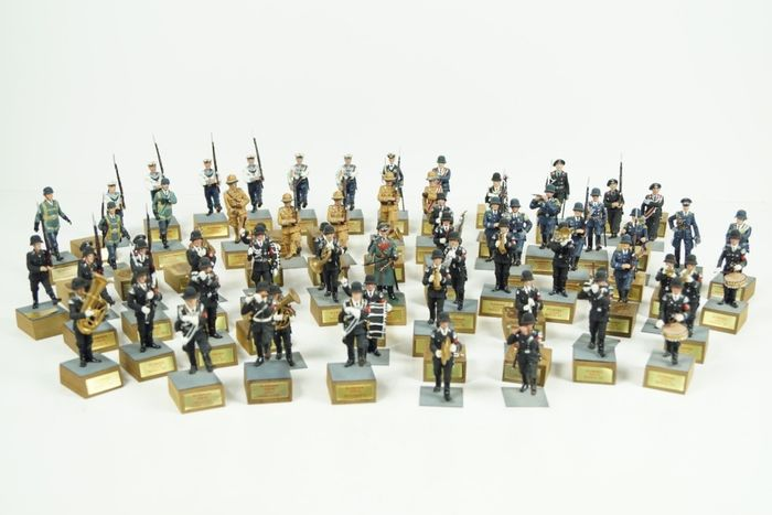 Minifigures - Figure 64 rare tin German soldiers on pedestal. Hand-painted  - Unknown