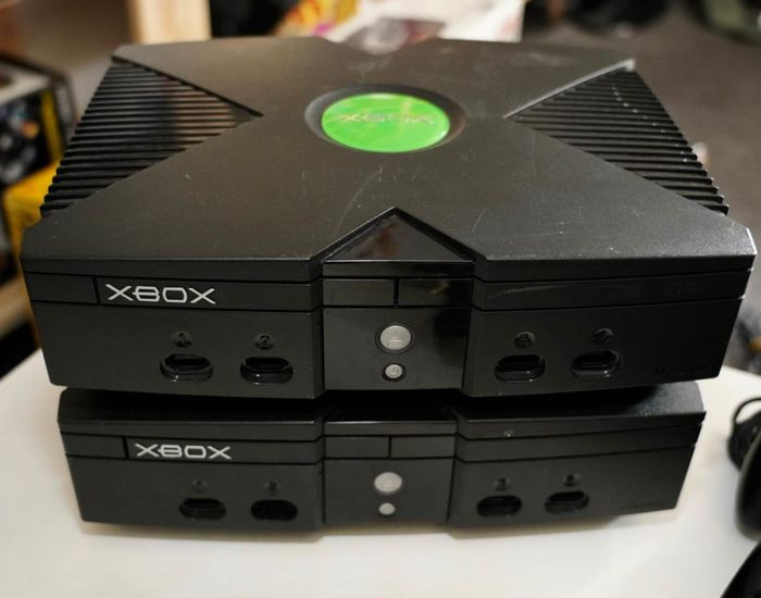 2 Xbox Classic  - Console with 4x Classic S controllers (0) - Without original box