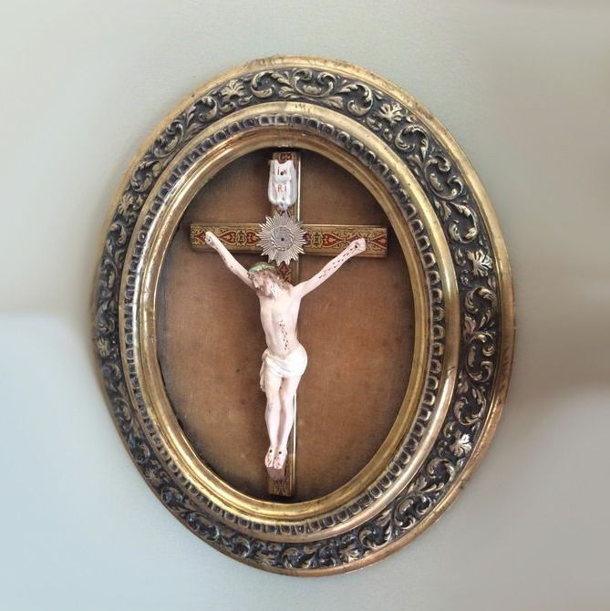 Antique Gilt wood frame with a polychrome figure of Christ and crucifix - Wood