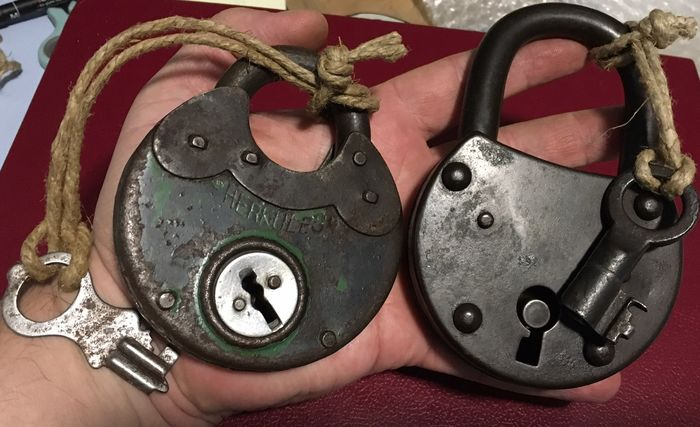 Lot 2 Old padlocks of various sizes and invoices both with working keys (2) - Iron (cast/wrought)