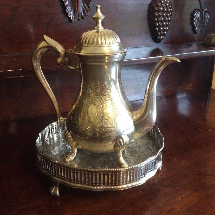 Medium size  coffee pot and serving tray with engraved decoration - Silver plated