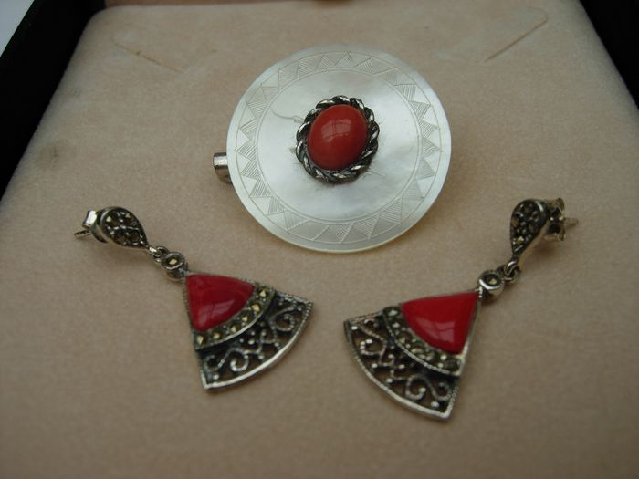 Silver, mother-of-pearl, red coral, sapphire - Set, brooch, earrings.