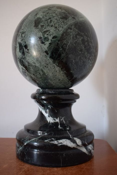 Sphere on pedestal - Base in Black Marquinia marble and sphere in green alps marble - 20th century