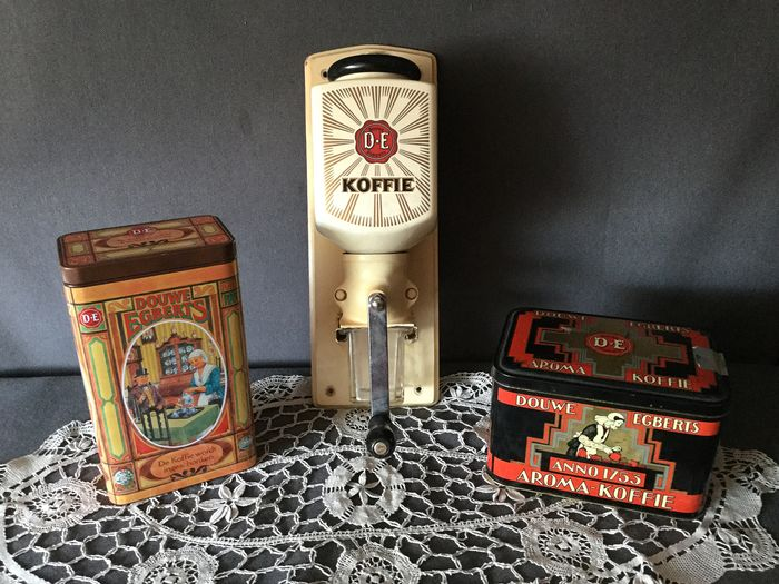 Beautiful old Douwe Egberts Coffee Grinder, incl 2 old Different D.E Coffee tins - Ceramic, iron