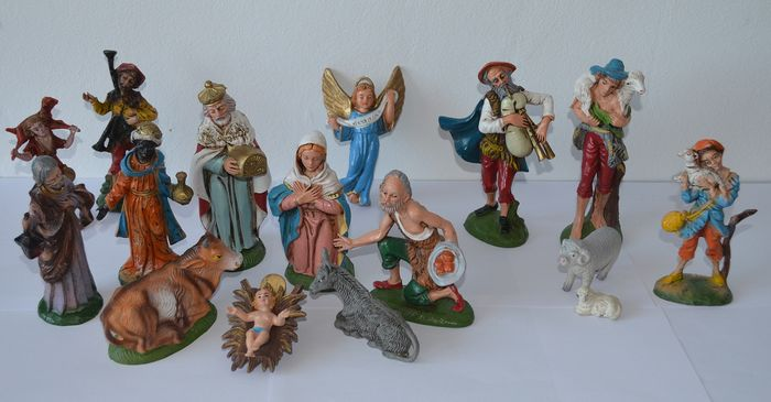 Polychrome Christmas group (16) - Composite, Resin/Polyester