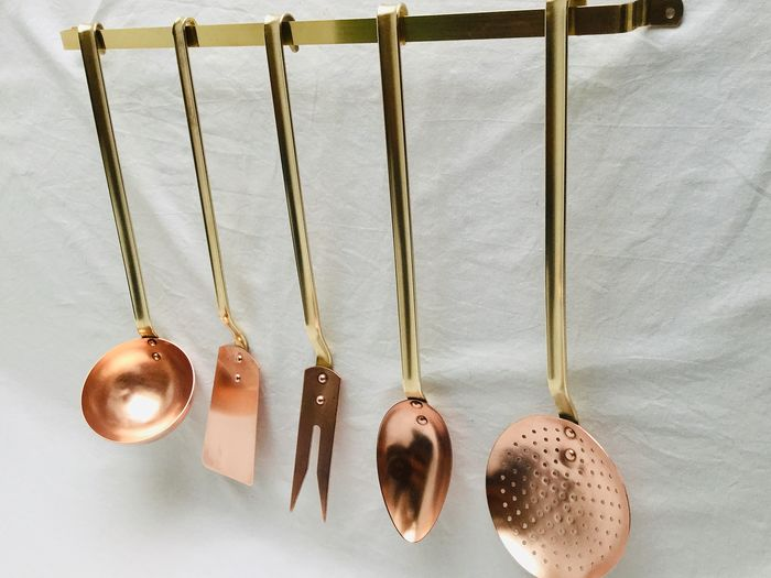 Mooi set roodkoperen keukenvoorwerpen  - A mural rack with skimmer, ladle, meat fork, sauce / ragout spoon and scoop spatula - Brass and red copper, professional French top quality