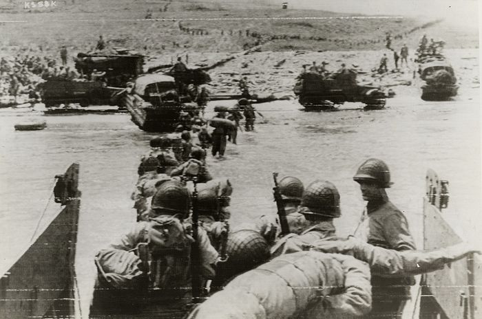 Unknown/Signal Corps - American Assault Troops Move Ashore, D-Day, 1944