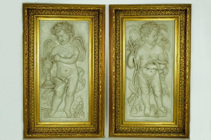 Biggs & Sons - Set of two large reliefs of putti in gold-colored frame - 14 KG - Alabaster, Wood