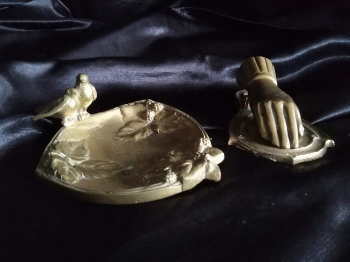 Office set. Letter clamper hand and a 'empty pocket' - Bronze