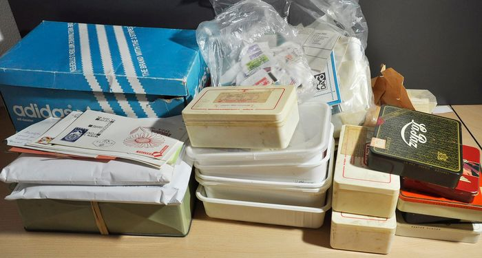 Welt - Sorting batch in a large box with containers, envelopes, bags and cards